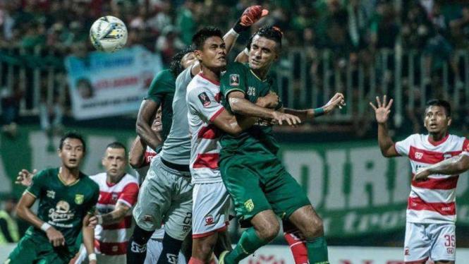 Pertandingan Piala Indonesia antara Persebaya Surabaya kontra Madura United