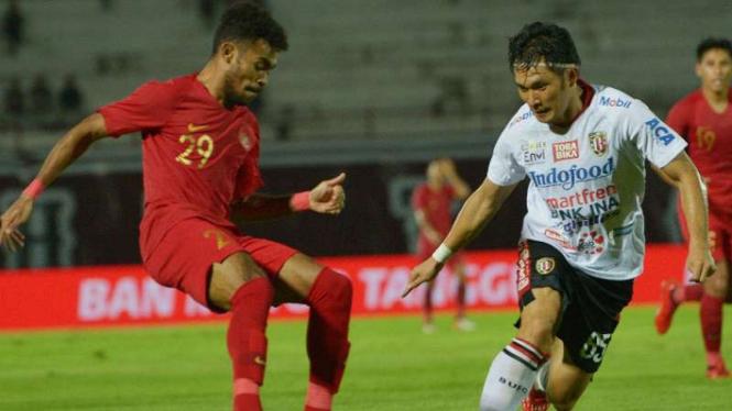 Timnas Indonesia U-23 saat menghadapi Bali United.