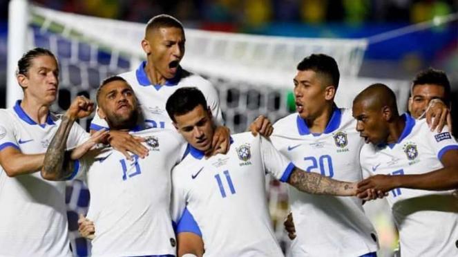 Para pemain Timnas Brasil merayakan gol Philippe Coutinho (11)