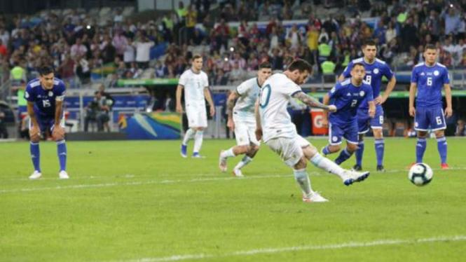 Kapten Argentina, Lionel Messi bobol gawang Paraguay lewat titik penalti.
