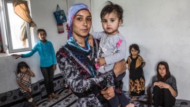 https://thumb.viva.co.id/media/frontend/thumbs3/2019/06/20/5d0b084b02fa0-70-juta-orang-di-dunia-dipaksa-tinggalkan-rumahnya-karena-konflik-dan-perang_375_211.jpg