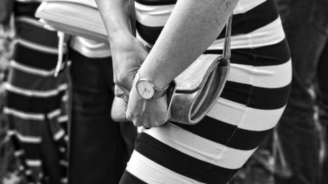 ilustrasi wanita gunakan jam tangan.
