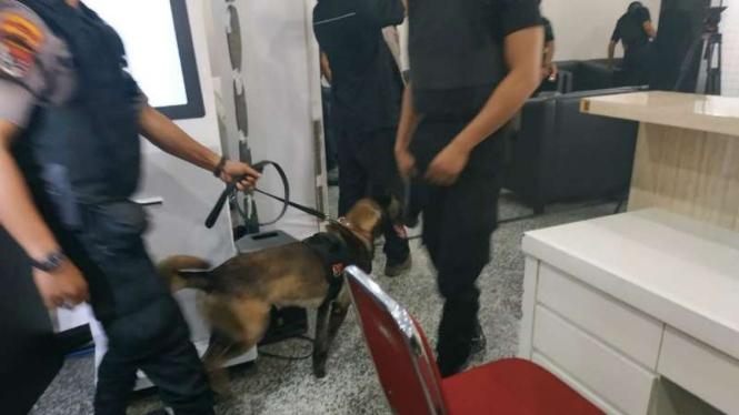Anjing pelacak dikerahkan menyisir ruang Mahkamah Konstitusi.