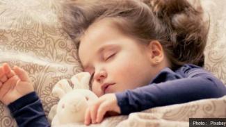Anak sedang tidur.