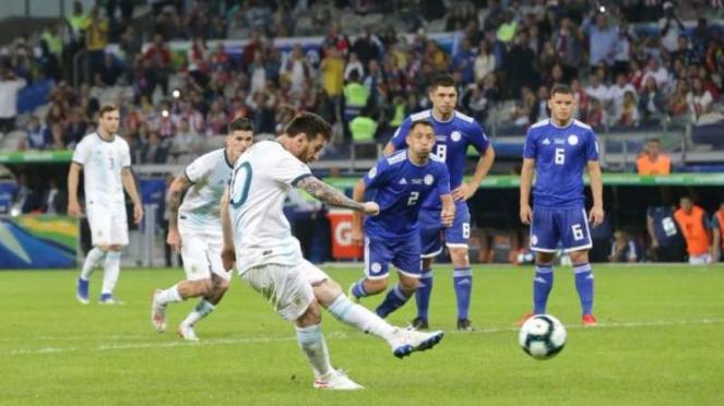 Kapten Timnas Argentina, Lionel Messi, mencetak gol ke gawang Paraguay