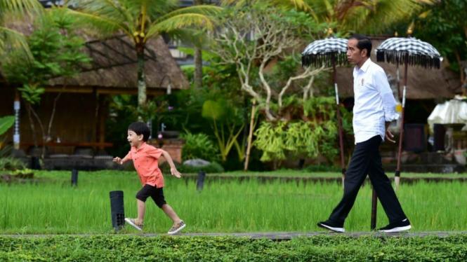 Ilustrasi Presiden Jokowi bersama cucunya Jan Ethes.