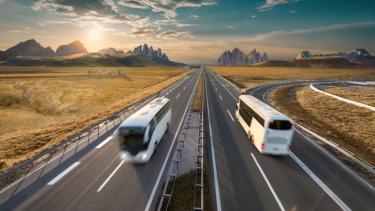 Ilustrasi pesan tiket bus via Traveloka.
