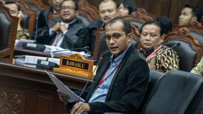 Prof Edward Omar Syarief Hiariej (tengah) memberikan keterangan dalam sidang sengketa pilpres di Mahkamah Konstitusi, Jakarta, Jumat, 21 Juni 2019.
