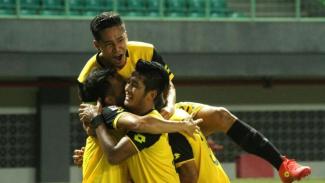 Pemain Bhayangkara FC merayakan gol