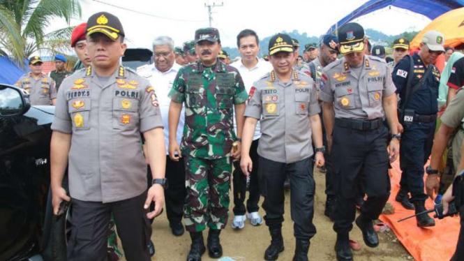 Kapolri Jenderal Tito Karnavian dan Panglima TNI Marsekal Hadi Tjahjanto tinjau banjir di Konawe, Sulawesi Tenggara.