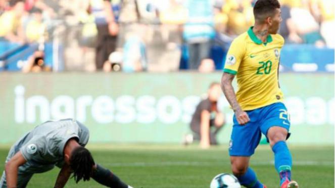 Striker Brasil, Roberto Firmino, saat jebol gawang Peru