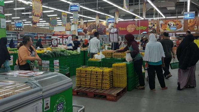 Para pembeli memborong barang di Giant Wisma Asri Bekasi.