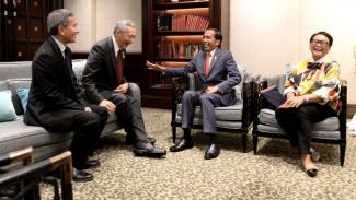 Presiden Joko WIdodo dan PM Singapura, Lee Hsien Loong, tertawa saat bertemu di sela-sela KTT ASEAN di Bangkok, Thailand.