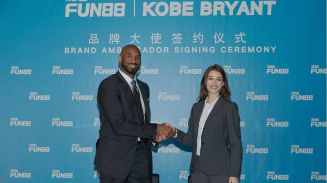Momen penandatanganan Kobe Bryant sebagai duta game online Fun88