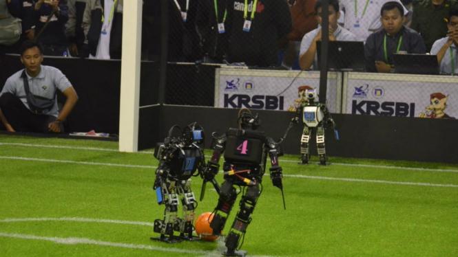 Ajang pertandingan sepak bola robot di Udinus Semarang – VIVA.co.id/ Dwi Royanto