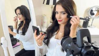 Beauty vlogger yang sering bagikan tutorial makeup.