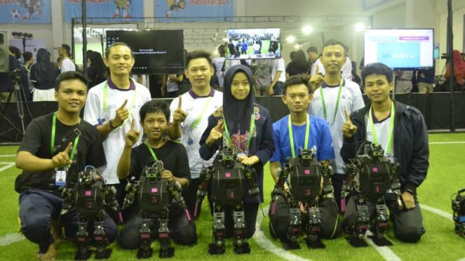 Ajang pertandingan sepakbola robot di Udinus Semarang