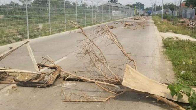 Warga di Desa Rawa Rengas, Kosambi, Tangerang, Banten, memblokir atau menutup akses jalan Perimeter Utara yang menuju kawasan Bandara Soekarno Hatta, Senin, 24 Juni 2019.