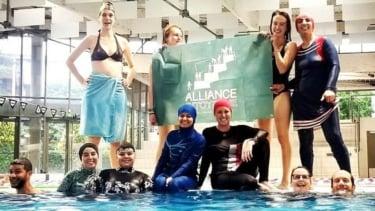 https://thumb.viva.co.id/media/frontend/thumbs3/2019/06/25/5d11984cbc8f1-dua-muslimah-langgar-larangan-berenang-mengenakan-burkini-di-kolam-renang-prancis_375_211.jpg