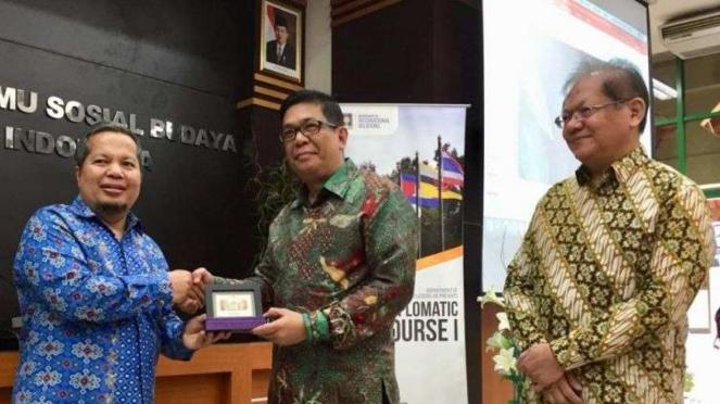 Direktur Kerja Sama Eksternal ASEAN, Benny Yan Pieter Siahaan (tengah)