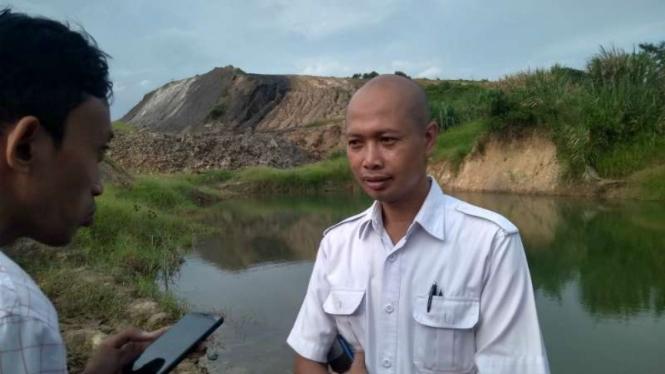Deni Wibawa, Koordinator Inspektur Tambang Dinas ESDM Kalimantan Timur, saat meninjau lokasi bekas tambang batubara di Samarinda, Senin, 24 Juni 2019.