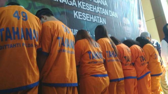 Polisi memperlihatkan para tersangka praktik aborsi ilegal di Markas Polda Jawa