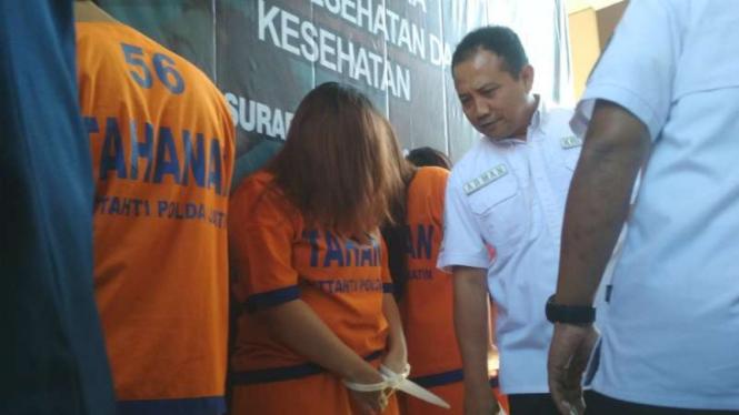 Polisi memperlihatkan para tersangka praktik aborsi ilegal di Markas Polda Jawa Timur, Surabaya, pada Selasa, 25 Juni 2019.