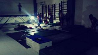 Atlet berlatih di kegelapan di Jakabaring Sports City.