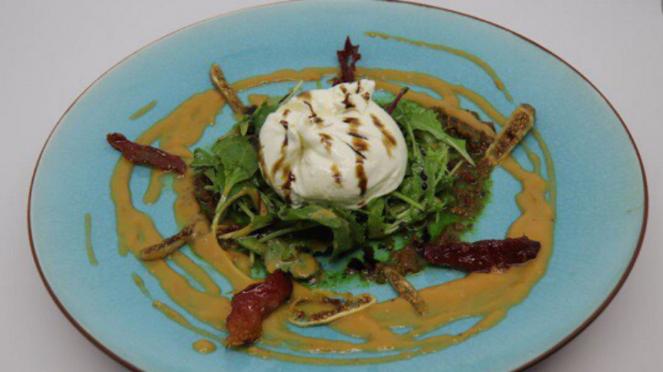 Burrata salad with red pesto dressing di Txoko.