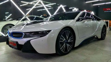 Ilustrasi mobil putih