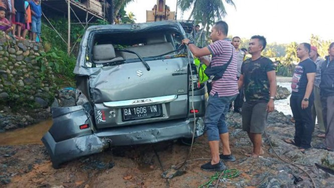 Mini Bus Terjun ke Sungai di Kabupaten Mandailing Natal, Sumatera Utara