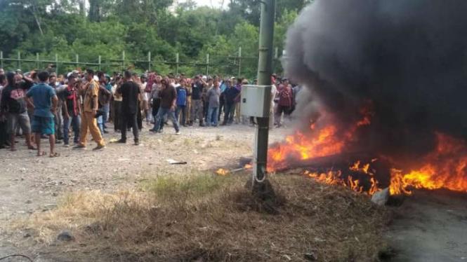 Pembakaran pos pabrik tambang miliki PT Nusantara Halmahera Minerals di Malut.