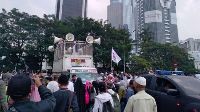 Massa mulai berkumpul di kawasan patung kuda Jalan Medan Merdeka Barat, Jakarta.