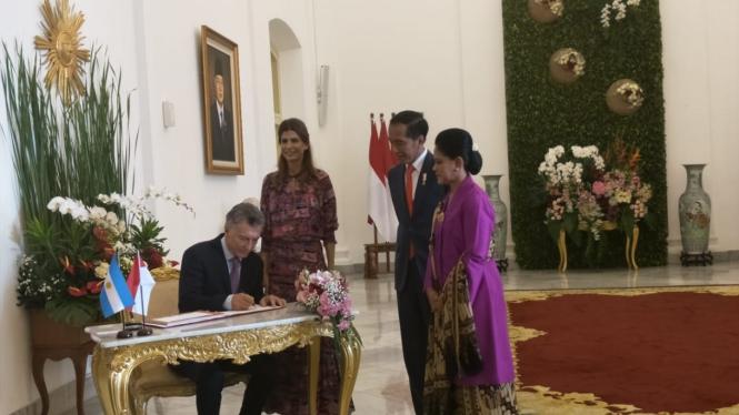 Presiden Agentina Mauricio Macri mengisi buku tamu kenegaraan di Istana Bogor.