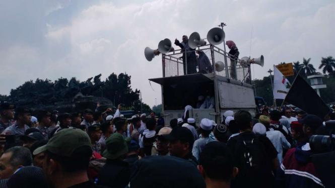 Massa Tahlil Akbar 212 di depan Bundaran Patung Kuda.
