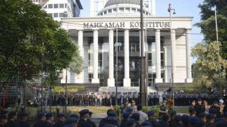 Polisi berjaga-jaga di dekat Gedung Mahkamah Konstitusi Jakarta, Rabu 26 Juni 2019.
