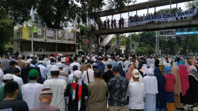 Massa PA 212 salah berjamaah di dekat gedung MK, Jakarta, Rabu, 26 Juni 2019.