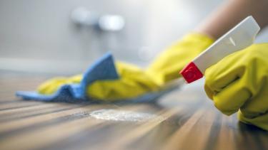 https://thumb.viva.co.id/media/frontend/thumbs3/2019/06/26/5d131ac5b71df-delapan-perilaku-rawan-penyakit-di-rumah-apakah-cara-bersih-bersih-anda-sudah-tepat_375_211.jpg