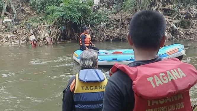 Tim gabungan mencari dua bocah tenggelam di Kali Ciliwung, Depok.