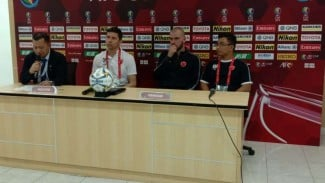 Pelatih PSM Makassar, Darije Kalezic (kedua dari kiri)