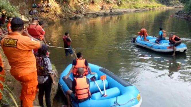 Basarnas melakukan pencarian dua bocah yang hilang di Kali Ciliwung, Depok