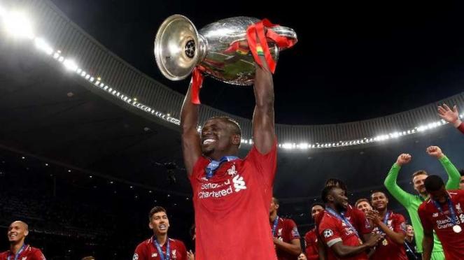 Winger Liverpool, Sadio Mane, mengangkat trofi Liga Champions