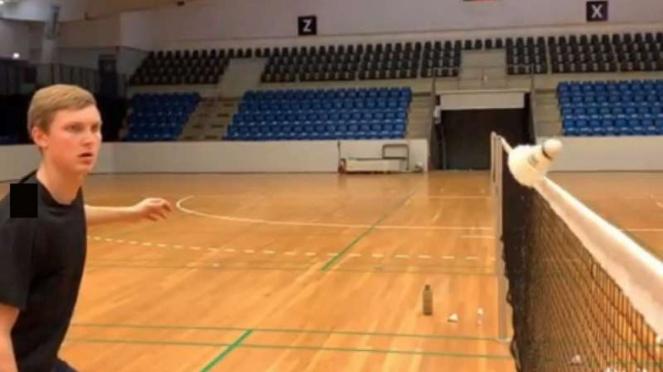 Viktor Axelsen pelajari pukulan bola net.