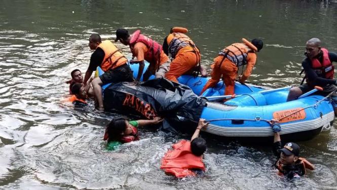 Tim SAR gabungan mencari bocah yang hilang akibat tenggelam di Kali Ciliwung, Depok, Jawa Barat, Kamis, 27 Juni 2019.
