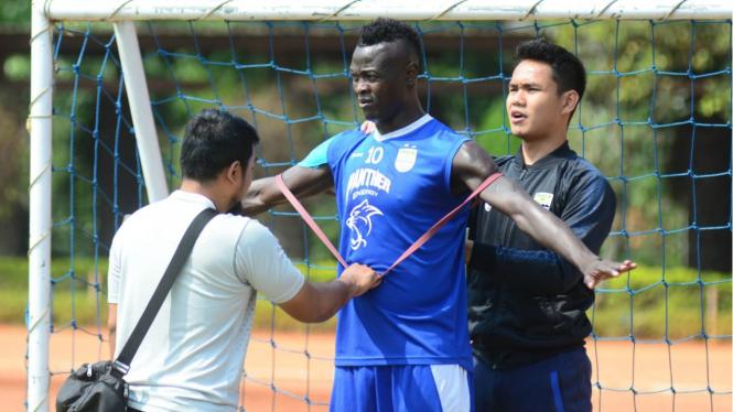 Bomber Persib Bandung, Ezechiel N'Douassel tengah jalani pemulihan cedera