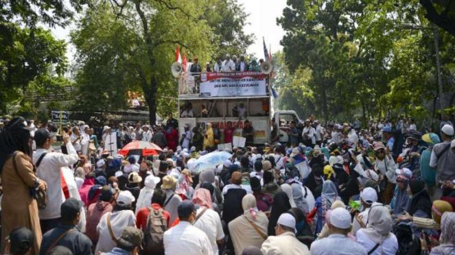 Massa aksi kawal putusan Mahkamah Konstitusi (MK)