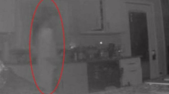 Penampakan hantu sang putra di dapur.