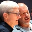CEO Tim Cook dan Chief Design Officer Apple, Jonathan Ive.