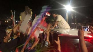 Prabowo Subianto menyalami para pendukungnya, Jumat, 28 Juni 2019.
