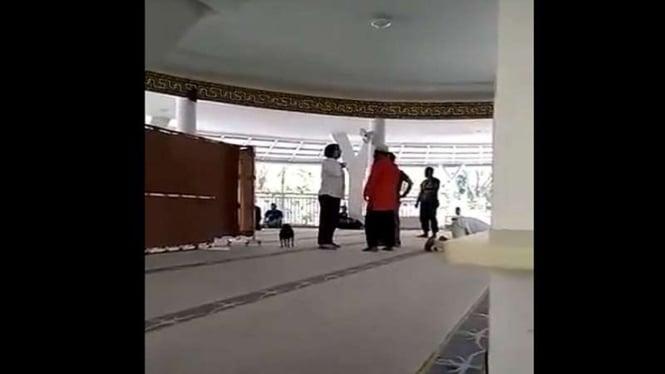 Video wanita membawa anjing mengamuk di dalam masjid di Sentul City.